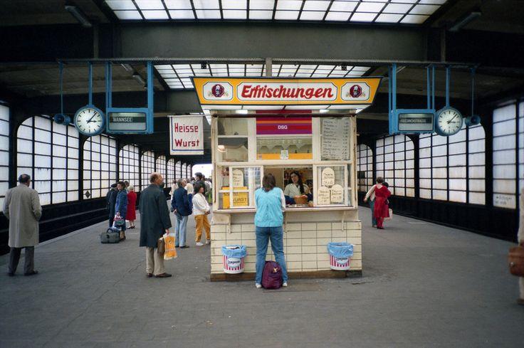 Auf dem Bahnsteig am Bahnhof Zoo, 1984