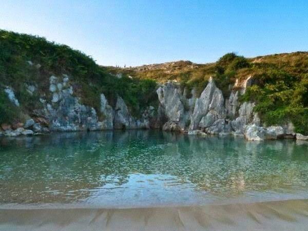 Playa Gulpiyuri. Declarada Monumento Natural en el año 2001. Considerada una de las mejores playas de España y una de las más originales del mundo.