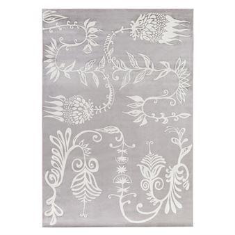 Le tapis Aino beige grand modèle de la marque Vallila Interior est en viscose et coton avec le dessous en latex lui permettant de rester à la bonne place. Matleena Issakainen est à l'origine de ce beau motif qui apportera une touche d'élégance à votre intérieur. Existe en différentes tailles.