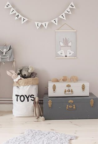Une déco et des rangments au style scandinave pour ranger les jouets dans la chambre de bébé #jollyroom