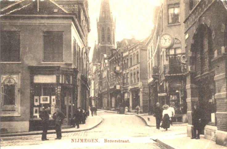 1910 Broerstraat, links Houtstraat en rechts Pauwelstraat.