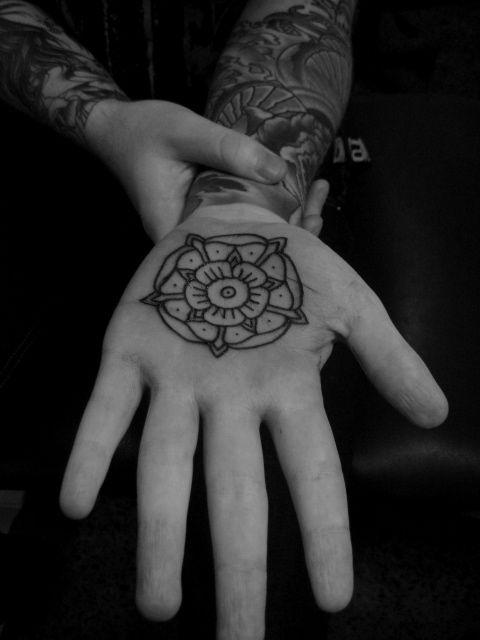 Desenhos de tatuagens na palma da mão