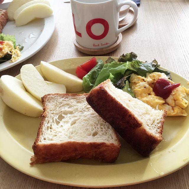 2016/11/02 07:30:06 ryoko__kod . 朝ごはん 2016.11.02.wed. おはようございます。 今朝は、デニッシュっぽいトースト。 そのままいただきます。 . 昨日は布団乾燥機して寝ました。 あったかいお布団幸せ♡ . ⋈ #バタートースト ⋈ スクランブルエッグ ⋈ サラダ ⋈ シナノスイート . #朝ごはん#朝ごパン#朝食#breakfast#ふたりごはん#二人ごはん#おうちごはん#おうちカフェ#二人暮らし#ふたり暮らし#朝食プレート#ワンプレート#ワンプレート朝食#朝食クリエイター#朝時間#sakuzan#作山窯#クッキングラム#デリスタグラマー#バルミューダ#BALMUDA#神戸パン#パンやきどころRIKI