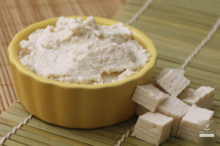 O tofupiry, que é um ótimo substituto para o catupiry, pode ser usado como recheio de muitos pratos, como quibe assado, massas e pizza, e também para dar um toque cremoso em muitas receitas, como risotos e molhos! Adaptei esta receita do site ViSta-se (:  Ingredientes: 250g de Tofu Firme (meia