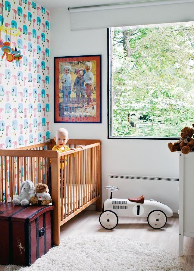 Huoneen iloinen tapetti on Erja Hirven Marimekolle suunnittelema Karkulaiset. Seinällä on mökiltä tuotu hauska vanha pesuainemainos ja lattialla äidin ja isän lempilelu, joka on ostettu lastenliike Ziccosta Helsingistä.   Valmis tapaus   Koti ja keittiö