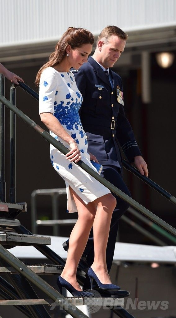 アンバーリー豪空軍基地(RAAF Base Amberley)で、スーパーホーネット戦闘機(Super Hornet)のコックピットから降りる英国のキャサリン妃(Catherine, Duchess of Cambridge、2014年4月19日撮影)。(c)AFP/William WEST ▼20Apr2014AFP|ウィリアム英王子夫妻が豪空軍基地訪問、戦闘機に乗り込む http://www.afpbb.com/articles/-/3013065