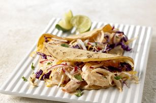 Les tacos au poisson sont extrêmement populaires. Essayez notre version éclair composée de tortillas de maïs garnies de crevettes, d'une sauce crémeuse, de salade de chou croquante, de fromage râpé Tex Mex et de salsa.