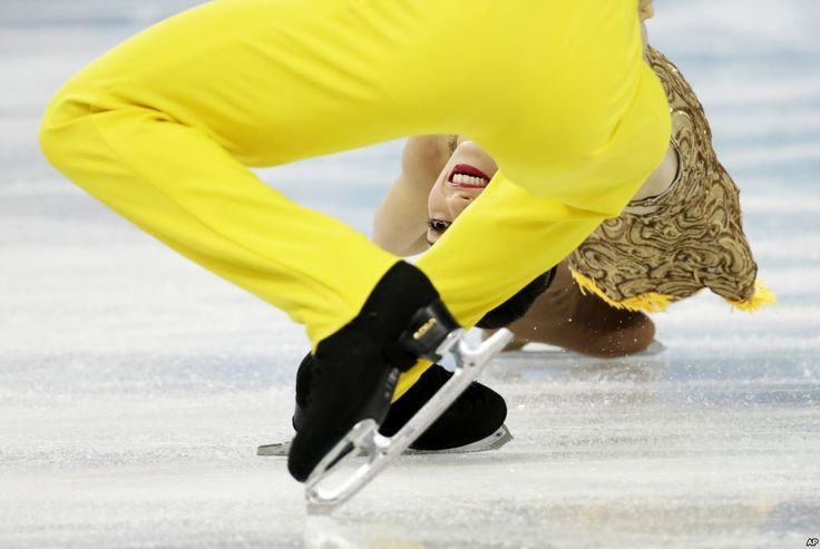 Stefania Berton dan Ondrej Hotarek dari Italia dalam kompetisi figure skating di Iceberg Skating Palace pada Olimpiade Musim Dingin 2014 di Sochi (6/2).
