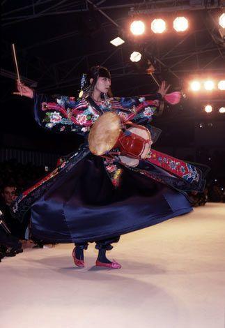 1983年春夏として、パリコレクションで発表されたドレス。ショーでは山口小夜子さんが着用。(C)山本寛斎事務所