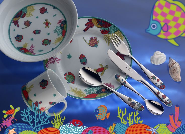 Elegancki i praktyczny zestaw sztućców - nóż, widelec, łyżka i łyżeczka, wykonanych z najwyższej jakości stali nierdzewnej chromowo-niklowej oraz kubka, talerzyka i miski, wykonanych z porcelany. Każdy element zestawu posiada bajeczny motyw podwodnego świata, który ucieszy oko dziecka i z pewnością skłoni je do radośniejszego spożywania posiłków.