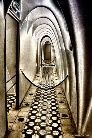 El interior de Casa Milá.  Se considera innovadora por su estructura de acero y su fachada auto-estable.  Eso quiere decir que ninguno de los paredes dentro del edificio son necesarios para la estabilidad del edificio.