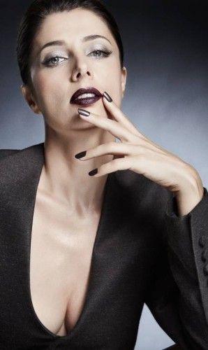 Cores de impacto, nos olhos e boca, são propostas de maquiagem para quem tem mais de 40 - Jornal O Globo.  Sombra prata transparente nas pálpebras. Batom marrom escuro e blush pêssego