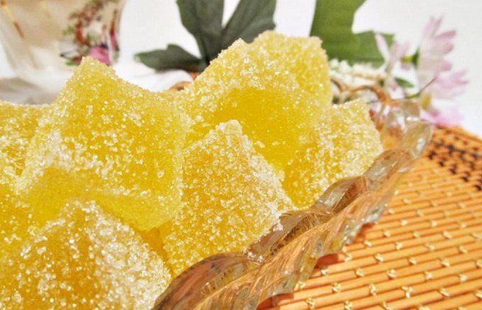Ингредиенты: — 120 мл воды — 400 гр сахара — 1 пачка желатина — 60 мл холодной кипяченой воды — 180 мл сока лимона (3-4 лимона) — несколько ложек сахара для украшения Приготовление: 1. Возьмем три больших лимона. Цедру снимаем и сушим. Пригодится! 2. Желатин заливаем 60 мл холодной кипяченой водой и оставляем его размокать (на 5-10 минут). 3. 400 …