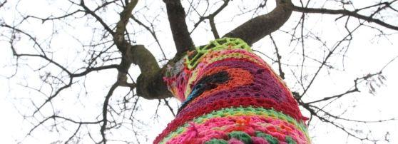 Sgargiante, coloratissimo, stranissimo. E' l'albero con il cappotto fluo, l'opera d'arte di Lucia Santuz che piace al popolo della Restera