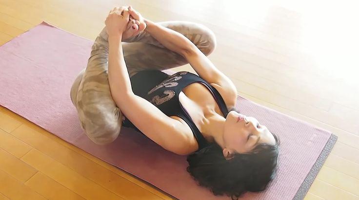 開脚が苦手な人は、股関節の可動域が狭いのが原因。そこで、股関節ストレッチを毎日実践することで、美しい開脚を手に入れることができるそう。運動神経に自信のない人向けの健康チャンネル「MuscleWatching」より、自宅で簡単にできるストレッチをご紹介!覚えるポーズは、たったひとつだけ!教えてくれるのは、ヨガインストラクターのマコ先生。基本ポーズは、ただ1種類。仰向けで足裏をあわせる合蹠(がっ...