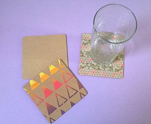 Sablonan ja askartelumaalien avulla koristellut lasinaluset.