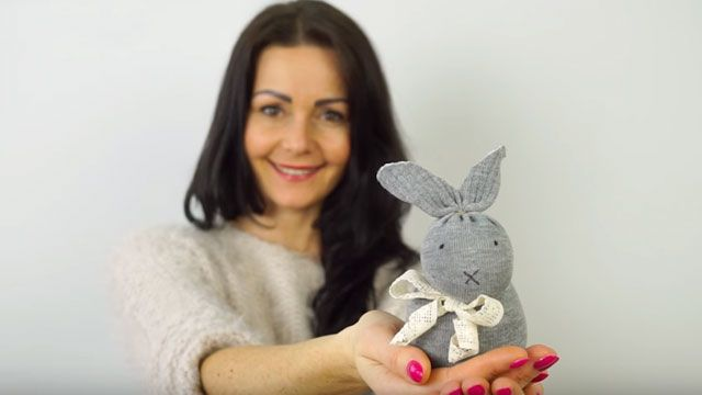 A cute video tutorial on how to make a sock bunny without sewing. No needle, no pattern needed, just one sock, bag of rice, ribbon, scissors, marker and you've got cute Easter bunnies.