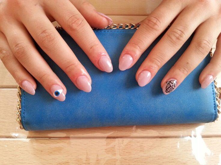 Ricostruzione in gel con cartine e nail art con acrilico.