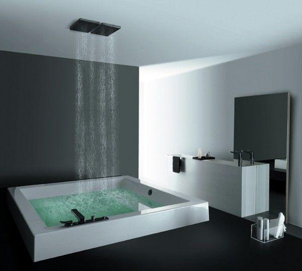 Cette salle de bain dispose d'une baignoire carrée qui fait également douche. Pratique !