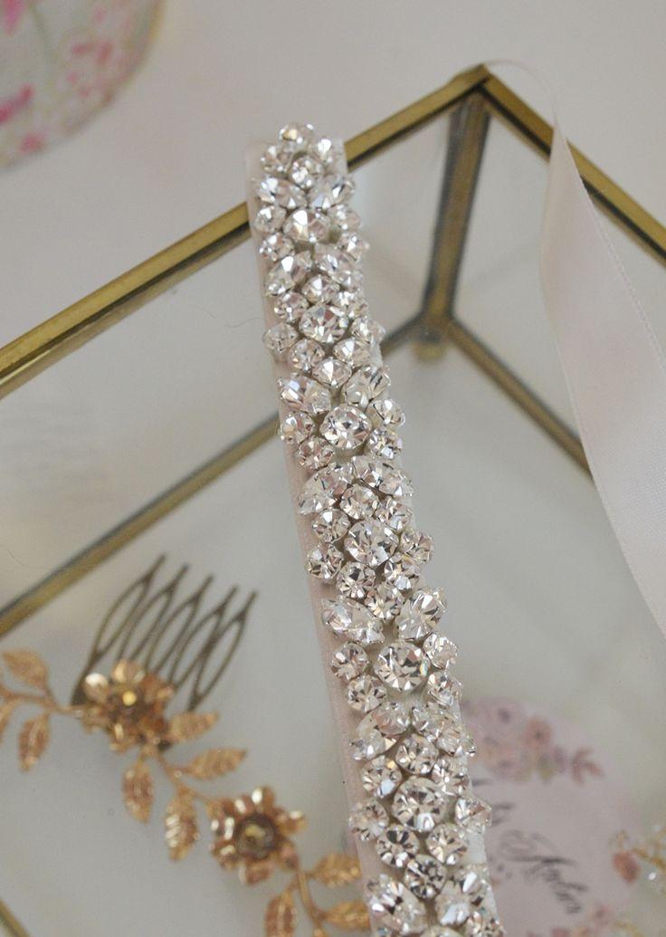 Biżuteryjna, bogato zdobiona opaska ślubna. Idealna do minimalistycznych sukien, które nie mają zbyt wielu zdobień i do takich, które mają w talii pas z kryształków.  Ozdoba ślubna do kupienia w sklepie internetowym Madame Allure.