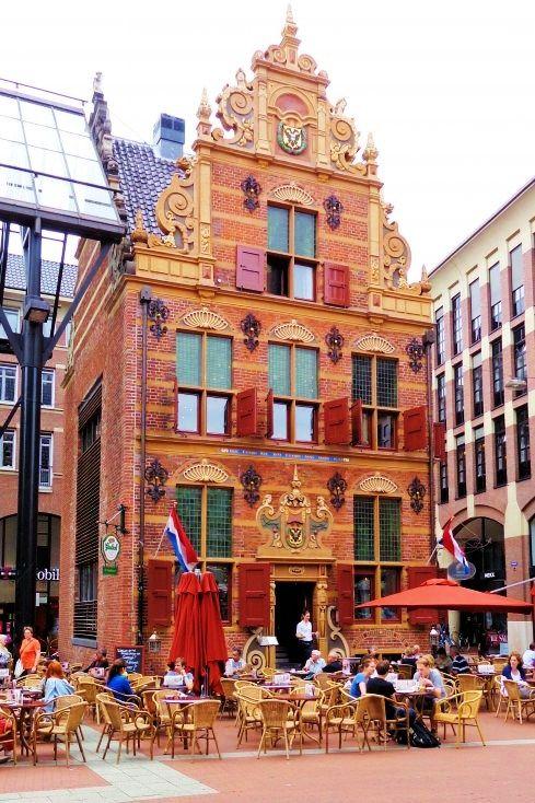 Het opvallende blokvormige Goudkantoor is in de eerste helft van de 17e eeuw als Provinciaal Belastingkantoor of Collectehuis gebouwd. De Latijnse spreuk Date Caesari quae sunt Caeraris (geef de keizer wat des keizers is) op de voorgevel herinnert hier nog aan. Napoleon schonk het pand in 1811 aan de stad Groningen en kort daarna maakten de provinciewapens op de gevels plaats voor die van de stad. Van 1814 tot 1887 bood het pand onderdak aan de Waarborg voor Goud- en Zilverwerk.