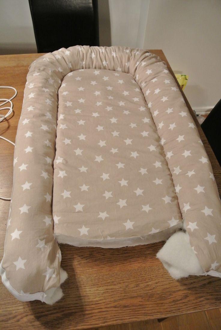 Ja då ska vi se, nu tänkte jag göra ett inlägg om mitt egensydda babynest..  Är första nestet jag gjort så gjorde lite fel så fick göra om det lite men jag ska förklara hur ni ska göra för att få det bra.. :)   Det du behöver är: - 1 meter tyg, här kan ni finna fina tyger :) - 2 meter vadd på r
