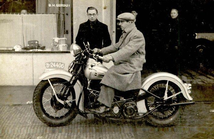Een foto van de vermoedelijke eigenaar van een van de eerste Harley Davidson motorfietsen in Friesland. De foto is genomen in de jaren '50 voor Garage Eerligh op het Zaailand in Leeuwarden.