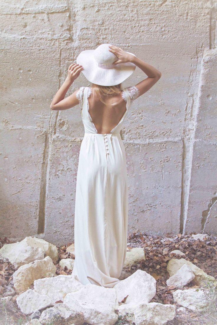 Jeanne Source Créatrice de robes de mariée // MARINE // crêpe de soie et dentelle de calais www.jeannesource.fr