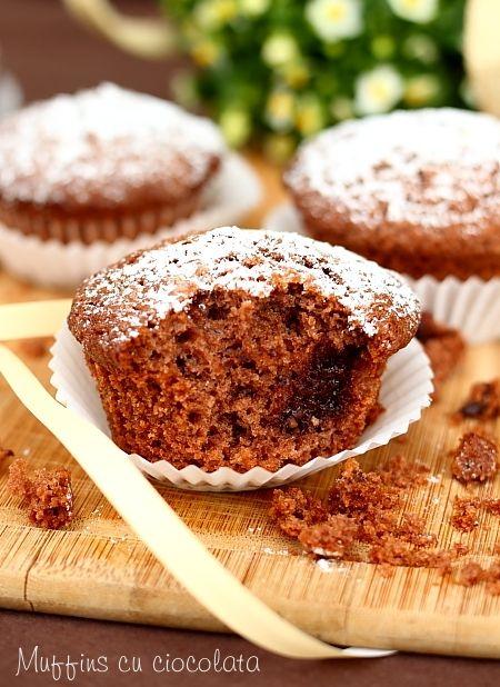 O reteta delicioasa de muffins cu ciocolata cu lapte. Aluat dulce cu praf de copt pentru chec sau muffins. Desert rapid pentru micul dejun.