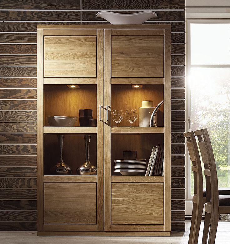 """Die Vitrine """"Bianko"""" wird durch ein reduziertes, schnörkelloses Design gekennzeichnet. Dadurch rückt das Wildeichenholz mit der starken Masserung in den Vordergrund. Ein Glaseinsatz in der Mitte des Schranks vervollständigt das einzigartige Erscheinungsbild."""
