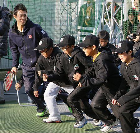 テニス教室で福島県相馬市の子どもたちと交流する錦織圭(左端)=21日、東京・銀座 ▼21Nov2014時事通信|エア・ケイに歓声=錦織がテニス教室 http://www.jiji.com/jc/zc?k=201411/2014112100759 #Kei_Nishikori #Ginza_Tokyo