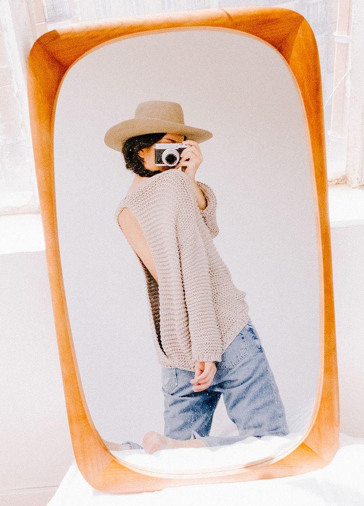 Rosa Copado for We Are Knitters. La fotógrafa reinterpreta algunos de nuestros básicos con su cámara y a través del espejo.  Cranberry Sweater