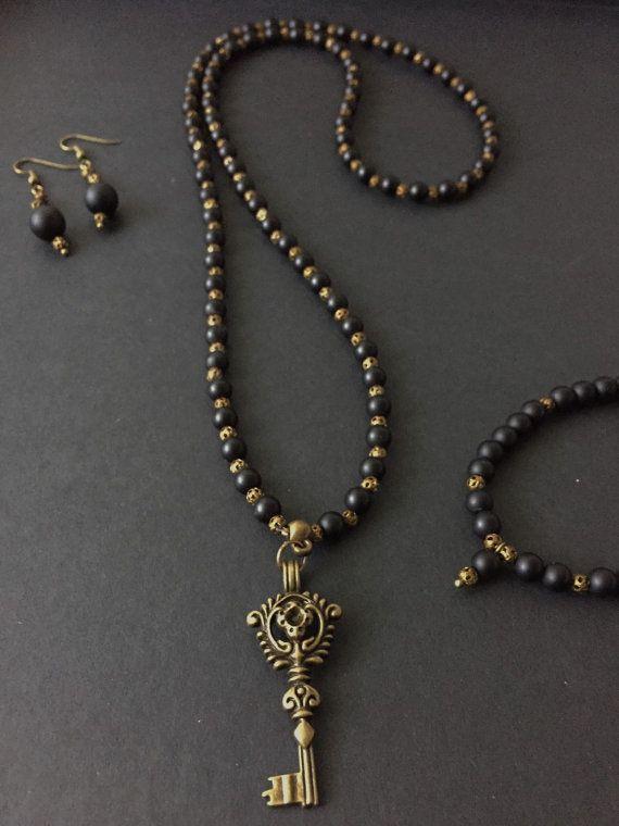 Collana realizzata con onice nero opaco intercalate con piccole perle in bronzo traforato. Ciondolo con ape in bronzo anticato Disponibili in abbinamento gli orecchini e il bracciale