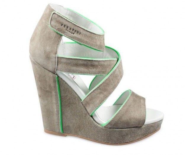Zeppe in suede taupe con profili verdi dalla collezione primavera estate 2013 di Serafini.