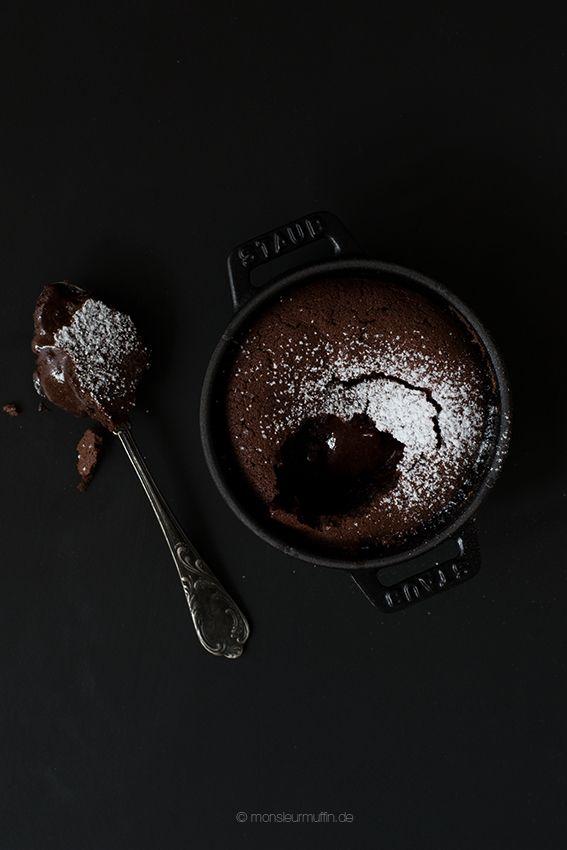 Lavakuchen | Schokokuchen mit flüssigem Kern | lava cake | molten chocolate cake | © monsieurmuffin Heute verrate ich euch ein Rezept für Lavakuchen. Der leckerste Schokokuchen in blitzschnelle zubereitet und gebacken. In 30 Min. steht er auf eurem Teller.