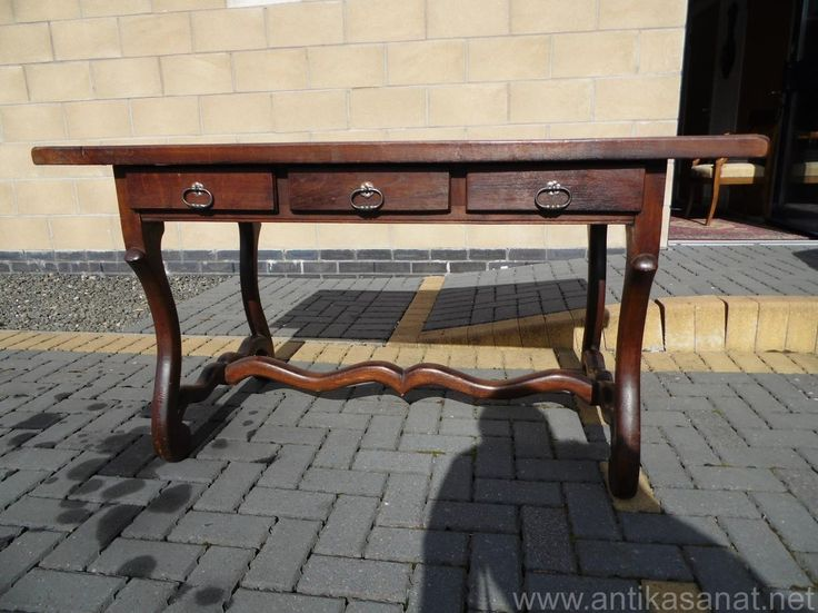Üç çekmeceli parke desenli meşe çalışma masası. Ölçüler ( 72cm 28 ile  139cm  75cm  )
