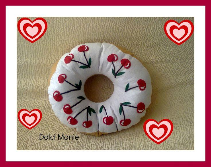 cuscino a forma di ciambelle con glassa e ciliegie