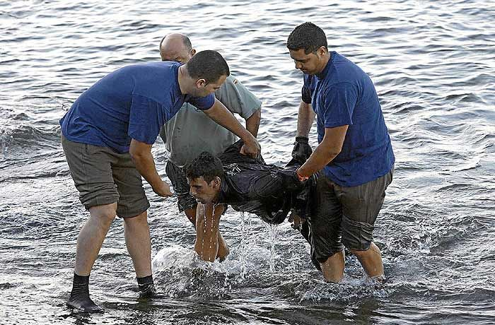 muchos de ellos intentan ingresar de manera ilegal escondidos en camiones, autos, cruzando ríos o fronteras