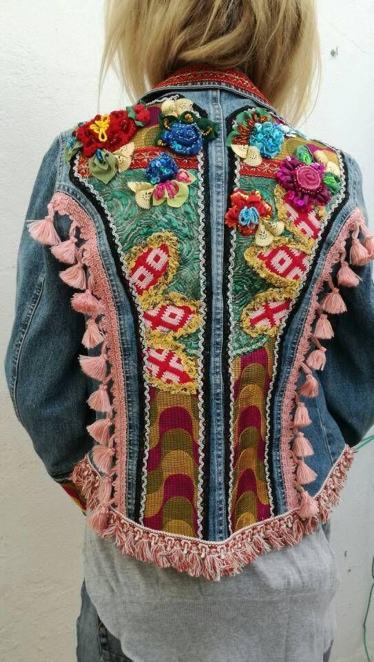 Demin boho chic veste. Patchwork de tissus vintage et de rubans. OOAK et  veste en Jean upcycle fait à la main. Agrémenté de fleurs 3D tissus, per… 4117bb2a960e