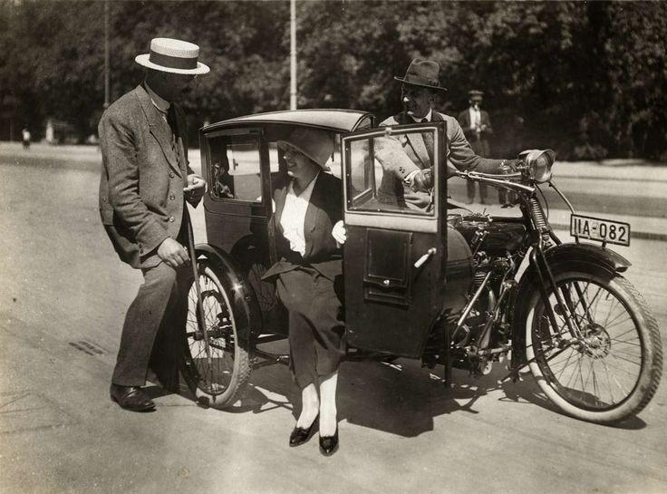 Afwijkende typen. Taxi-zijspanwagens, motor met zijspan de driewielige Limousine-zijspanwagen: de taxi der toekomst, München, Duitsland 1923.