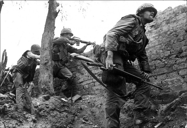 US Marines fighting in Hue, near North Vietnam, during the Tet offensive. In January 1968, the North Vietnamese Army and the Viet Cong launched a large series of attacks in what came to be known as the Tet Offensive. In military terms it was a huge setback for North Vietnam and for the Viet Cong. But images of fierce fighting, killings, and specially the attempt on the US Embassy in Saigon, were contemplated with shock by the American public opinion, fueling a growing opposition to the war.