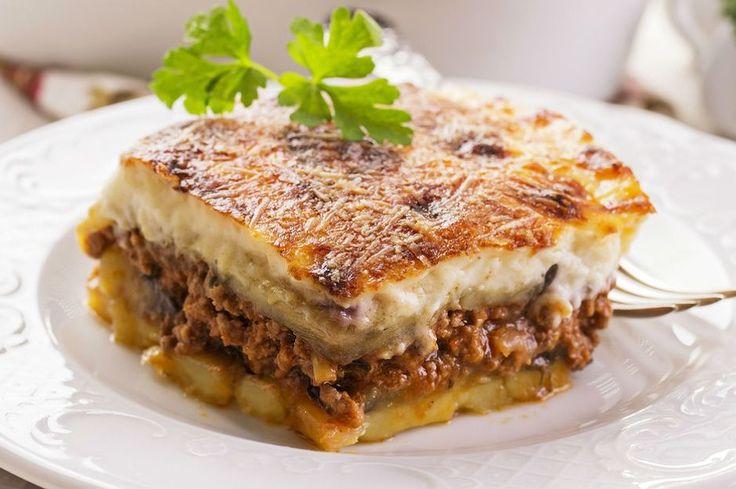 Izgarada pişen patlıcan dilimleri, kıymalı iç harcı ve beşamel sosuyla fırında pişen patlıcan oturtma tarifi, sevilen patlıcanlı yemek tariflerinden biri.