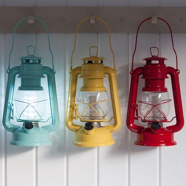 Lámpara LED de estilo vintage en diferentes colores. Esta bonita lámpara será perfecta para cualquier rincón, dándole un aire retro a tu hogar, imitando los antiguos candiles y quinqués de la casa de tus abuelos. Es genial para el dormitorio, esas cenas en el jardín, e incluso para llevar de camping.