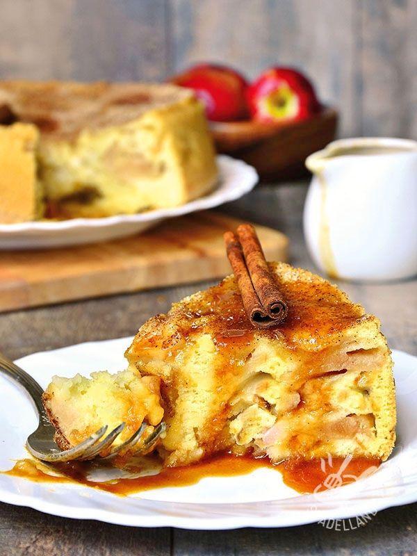 La Torta di pane alle mele e caramello è un dolce della tradizione contadina povera, quando il pane raffermo veniva riciclato per i pasti salati e dolci.