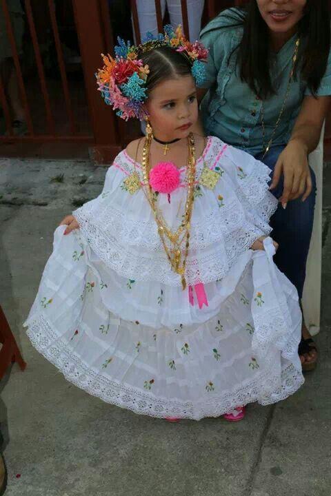 Niñita con pollera de coquitos