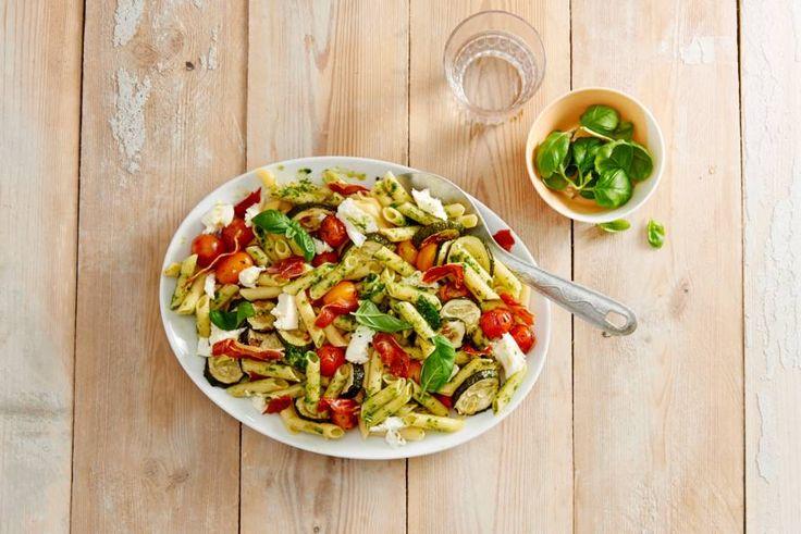 Je proeft de zomer in deze kleurrijke glutenvrije pennesalade - Recept - Allerhande