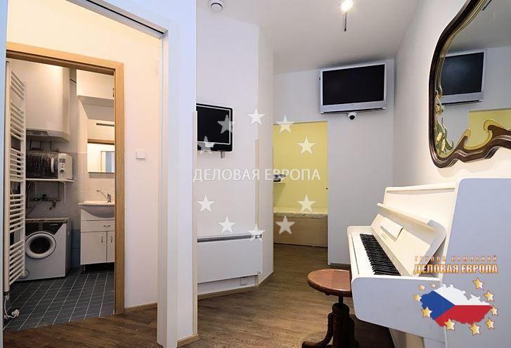 Квартиры / 1-комн. / 1+КК, Прага, Na Hutích, 79 135 € http://portal-eu.ru/kvartiry/1-komn/1KK/realty626/  Продается квартира 1+КК 22,7 кв. м.Жилье расположено на шестом этаже кирпичного здания с лифтом и состоит из прихожей, спальни с кроватью по индивидуальному заказу (150x210 см), ванной комнаты с душем и туалетом и небольшой комнаты с фортепиано и мини-кухней. Это помещение в настоящее время зарегистрировано как мастерская или офис, пока нельзя использовать как постоянное место…