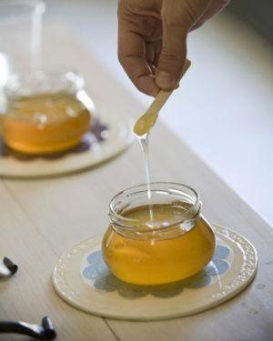 Porre in pentola un bicchiere d'acqua, un cucchiaio di zucchero, succo di 1/2 limone filtrato, un cucchiaio di sale.Far caramellare a fiamma media. Mescolare. Preparare un piano di marmo pulito e inumidito o un foglio di carta oleata. Versare il caramello. Lavorarlo col cucchiaio spingendolo dai bordi verso l'interno. Mescolare piano e farlo raffreddare. Lavorare il composto  servendosi dell'acqua fredda per non scottarsi, impastare per 2-3 min fino a raggiungere consistenza gommosa come…