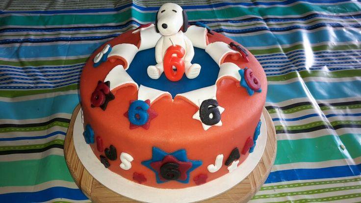Snoopy taart gemaakt. Gevuld met nutella botercreme en aardbeienvlaaifruit