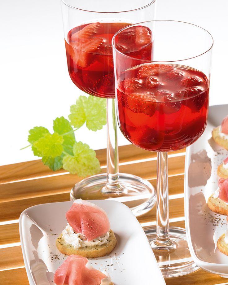 Rote Erdbeer-Bowle Eine fruchtige Bowle mit Erdbeeren, Weißwein und Johannisbeernektar für die Party